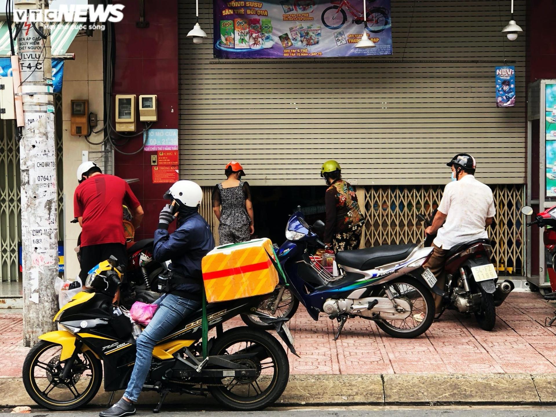 TP.HCM: Người dân quận 7 dè dặt ra đường trong ngày đầu thí điểm mở cửa trở lại - 8