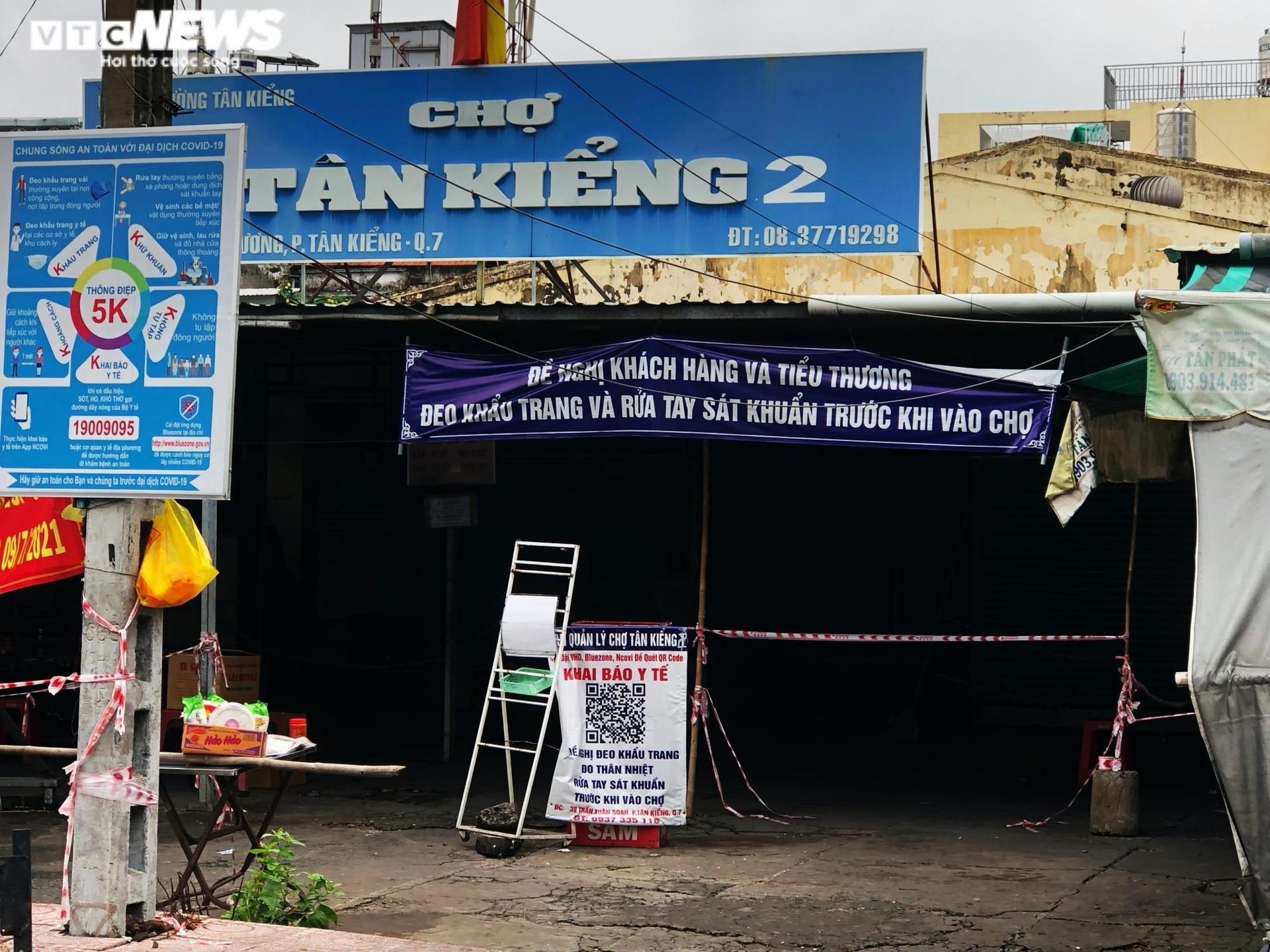 TP.HCM: Người dân quận 7 dè dặt ra đường trong ngày đầu thí điểm mở cửa trở lại - 10