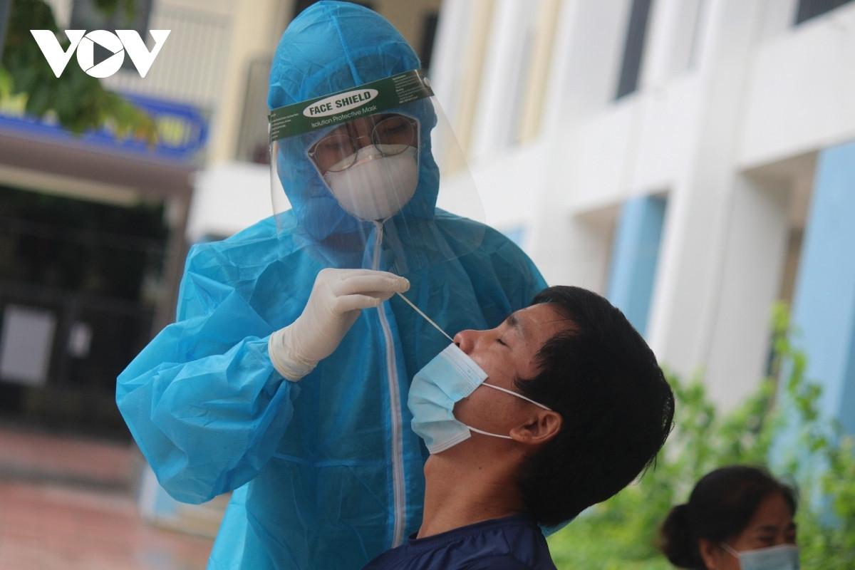 Nhân viên y tế lấy mẫu xét nghiệm sàng lọc tại quận Đống Đa.