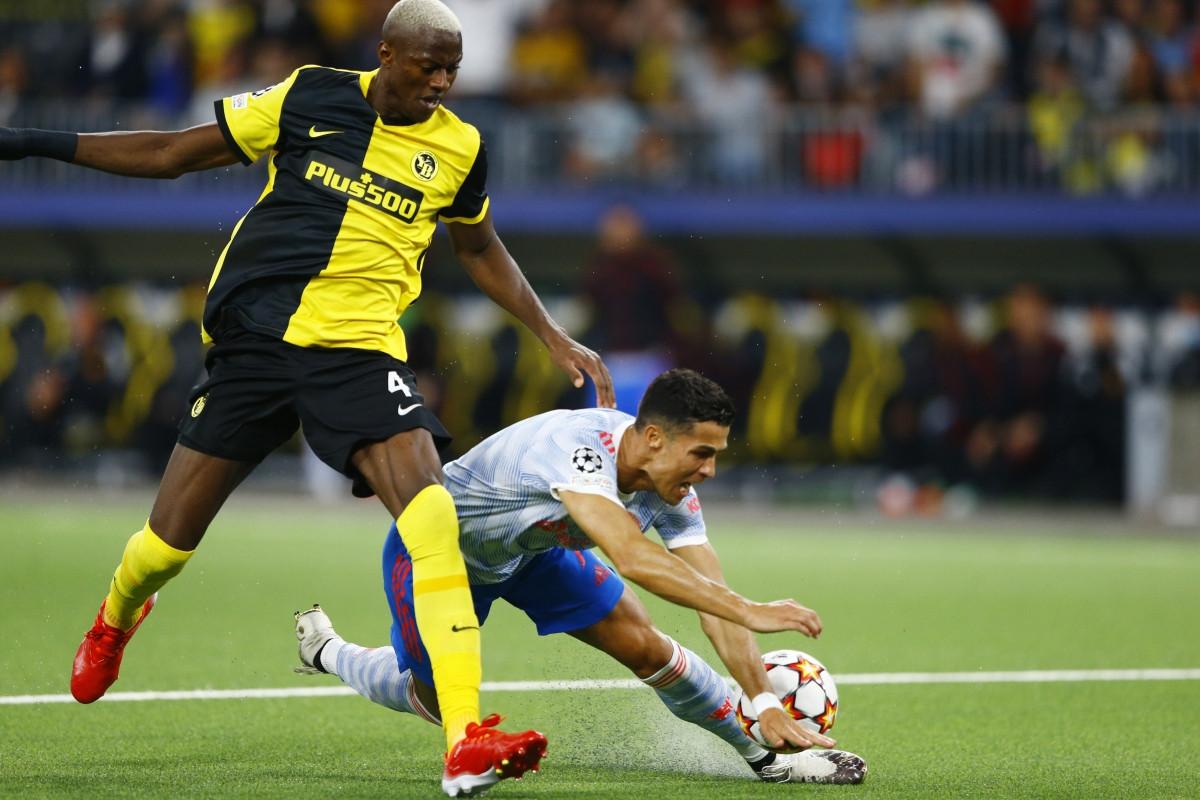 Cristiano Ronaldo ngã trong vòng cấm Young Boys sau pha va chạm với trung vệ Mohamed Ali Camara ở phut 54.