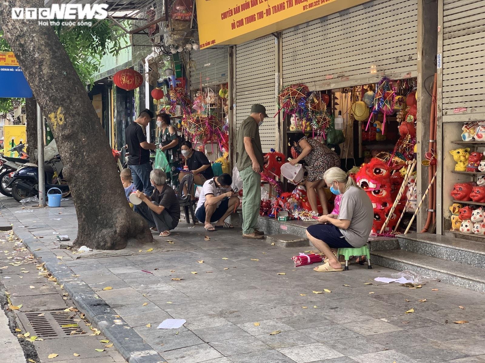 Cảnh bán đồ chơi trung thu lạ đời ở Hà Nội - 13