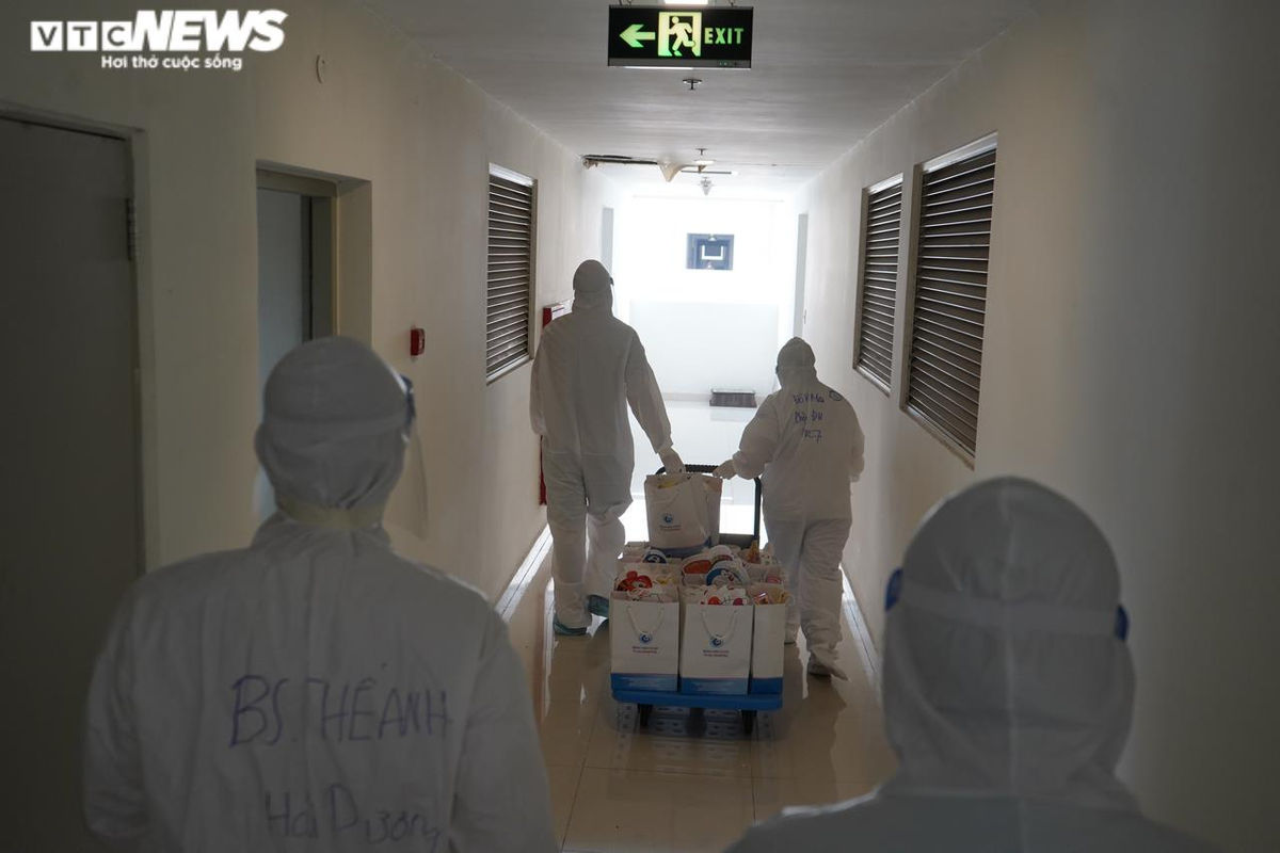 Ảnh: Đèn ông sao, bánh nướng bánh dẻo tới tay các em nhỏ mắc COVID-19 ở TP.HCM - 1