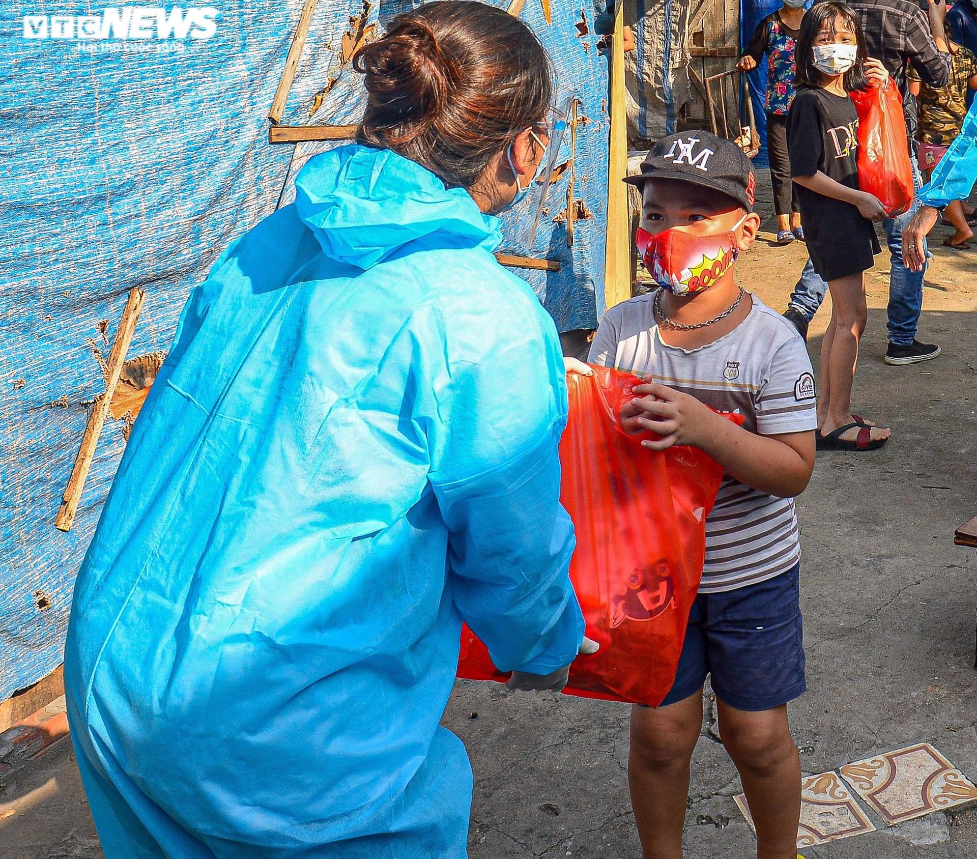 Hà Nội: Trung thu ấm áp của những đứa trẻ nghèo ở chân cầu Long Biên - 6