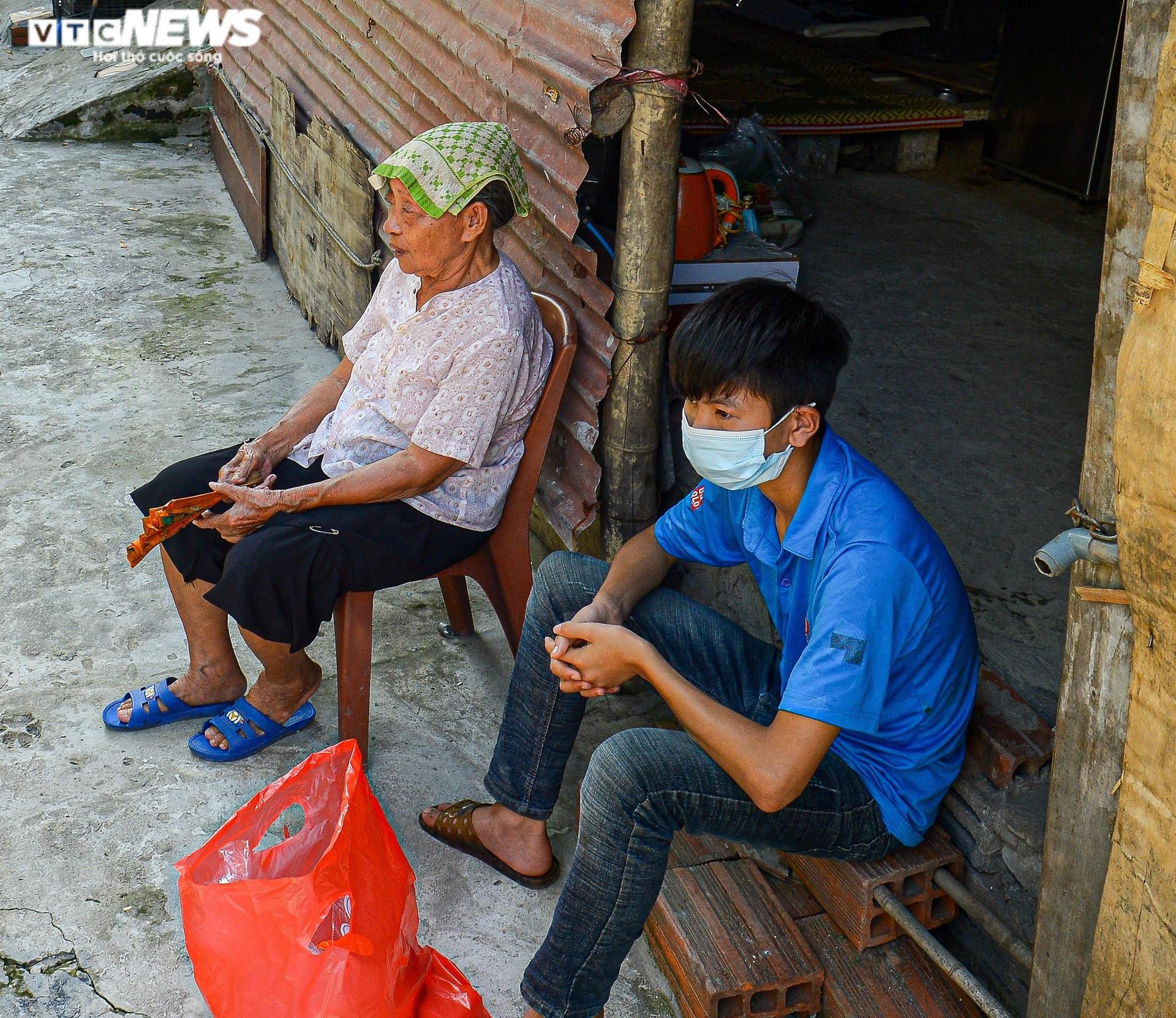 Hà Nội: Trung thu ấm áp của những đứa trẻ nghèo ở chân cầu Long Biên - 12