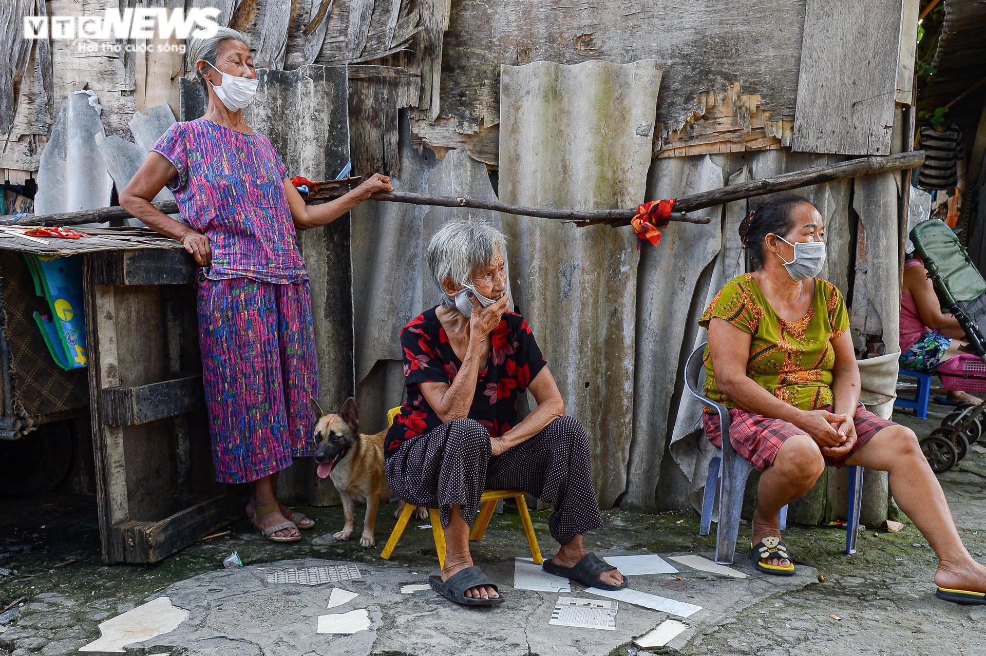 Hà Nội: Trung thu ấm áp của những đứa trẻ nghèo ở chân cầu Long Biên - 13