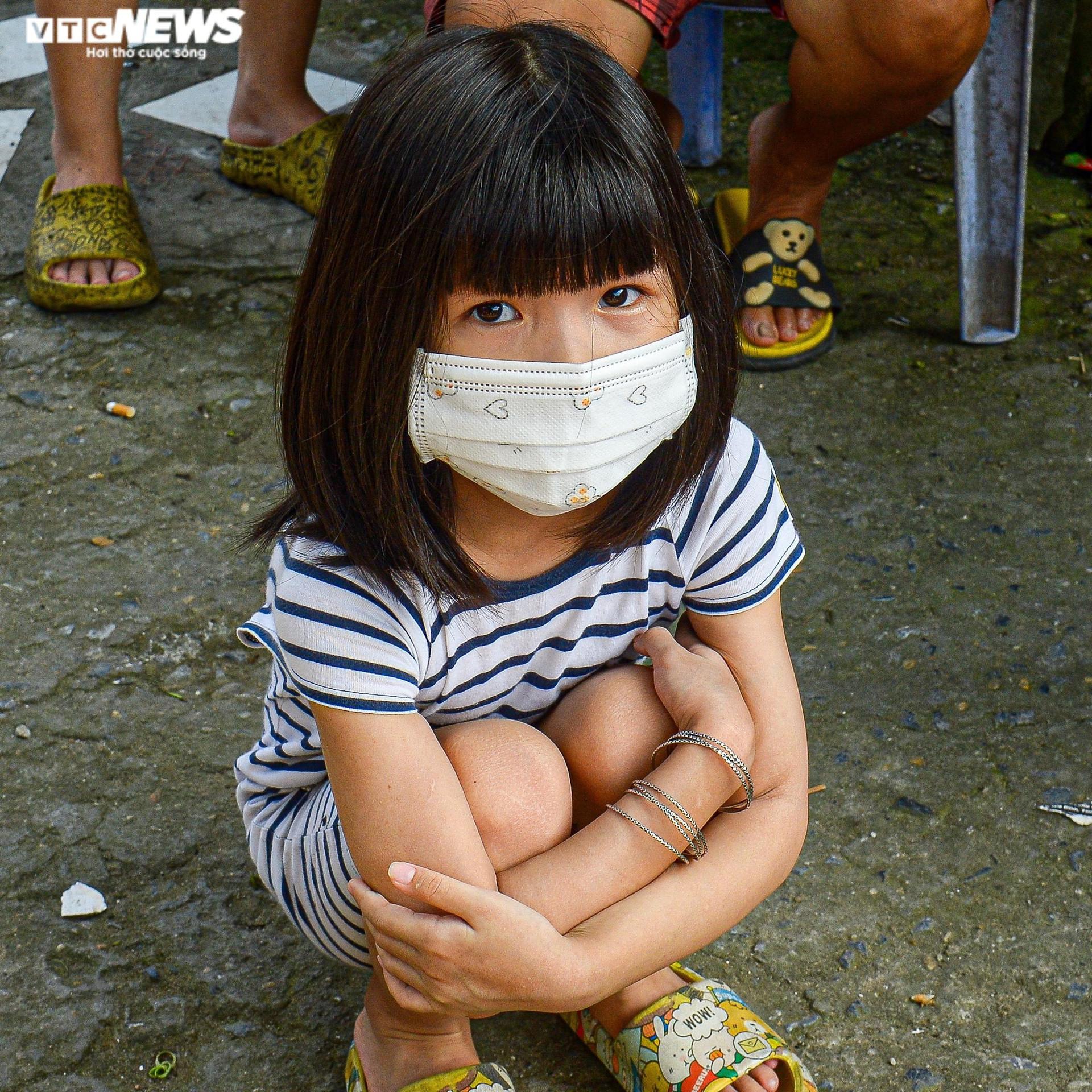 Hà Nội: Trung thu ấm áp của những đứa trẻ nghèo ở chân cầu Long Biên - 3