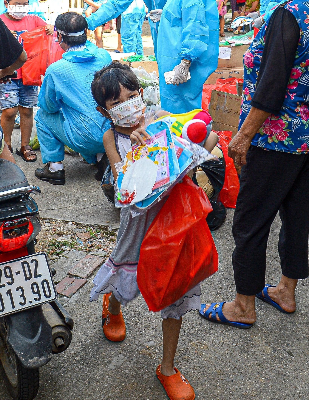 Hà Nội: Trung thu ấm áp của những đứa trẻ nghèo ở chân cầu Long Biên - 10