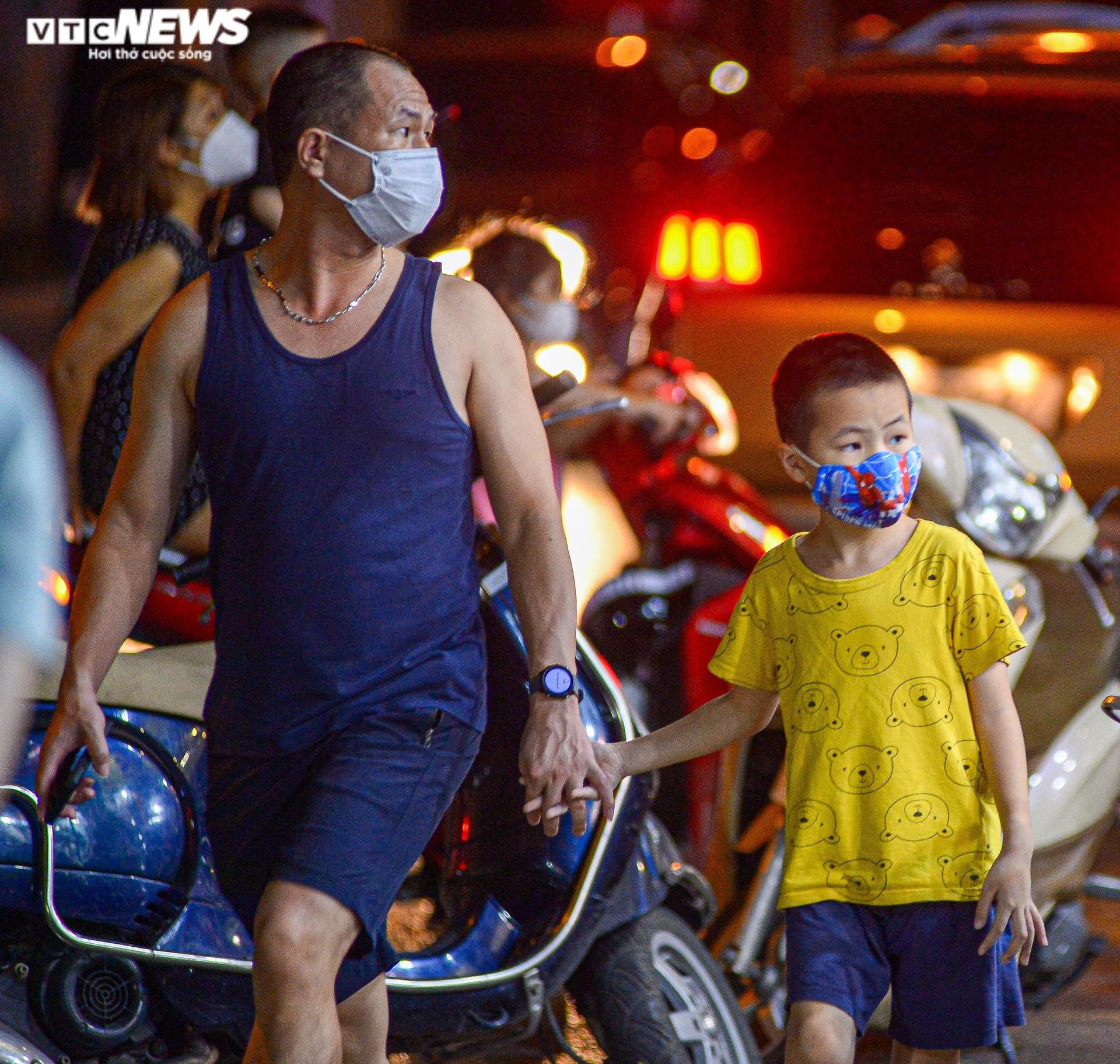 Ảnh: Người Hà Nội đổ xô mua sắm đồ chơi Trung thu trong đêm - 5