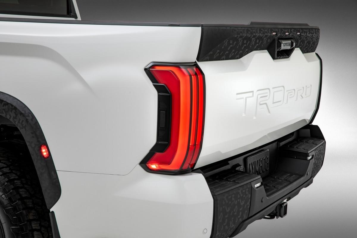 Giống với đối thủ của mình, Tundra TRD Pro cũng được trang bị phuộc FOX với đường hồi dầu 2,5 inch giúp tăng khả năng off-road ở tốc độ cao. Phuộc này sử dụng dung dịch đặc biệt giảm ma sát đồng thời tăng khả năng vận hành êm ái trên đường nhựa.
