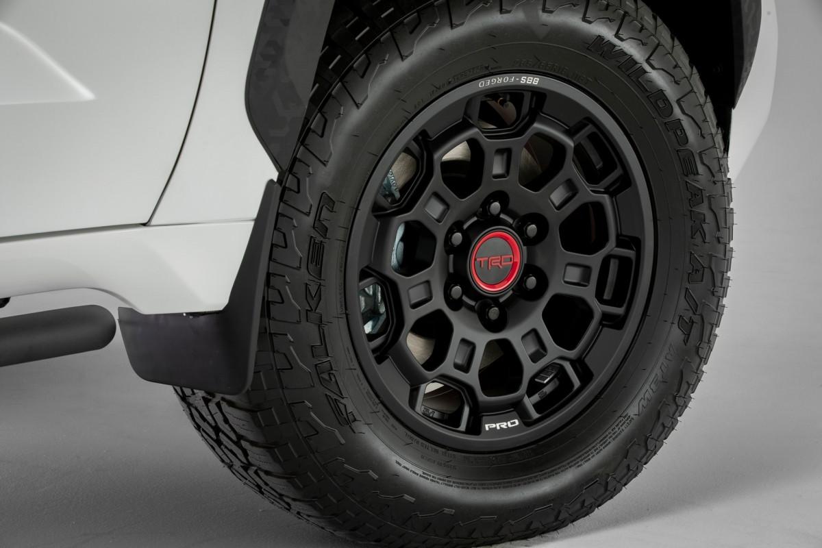 Phiên bản này của Toyota Tundra được nâng cấp với thanh giằng cân bằng mới, nâng gầm 1,1 inch, gói nâng cấp TRD Off-road, hỗ trợ đổ đèo, kiểm soát leo đá và điều chỉnh chế độ lái Multi-Terrain Select.