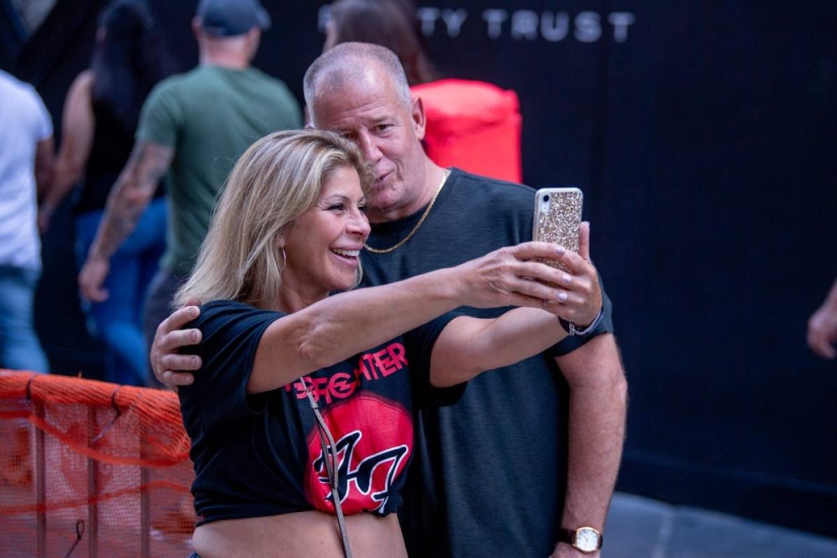 Một cặp đôi chụp hình selfie khi Quảng trường Madison mở lại buổi hòa nhạc với toàn bộ sức chứa ở Thành phố New York ngày 20/6/2021. Ảnh: Getty