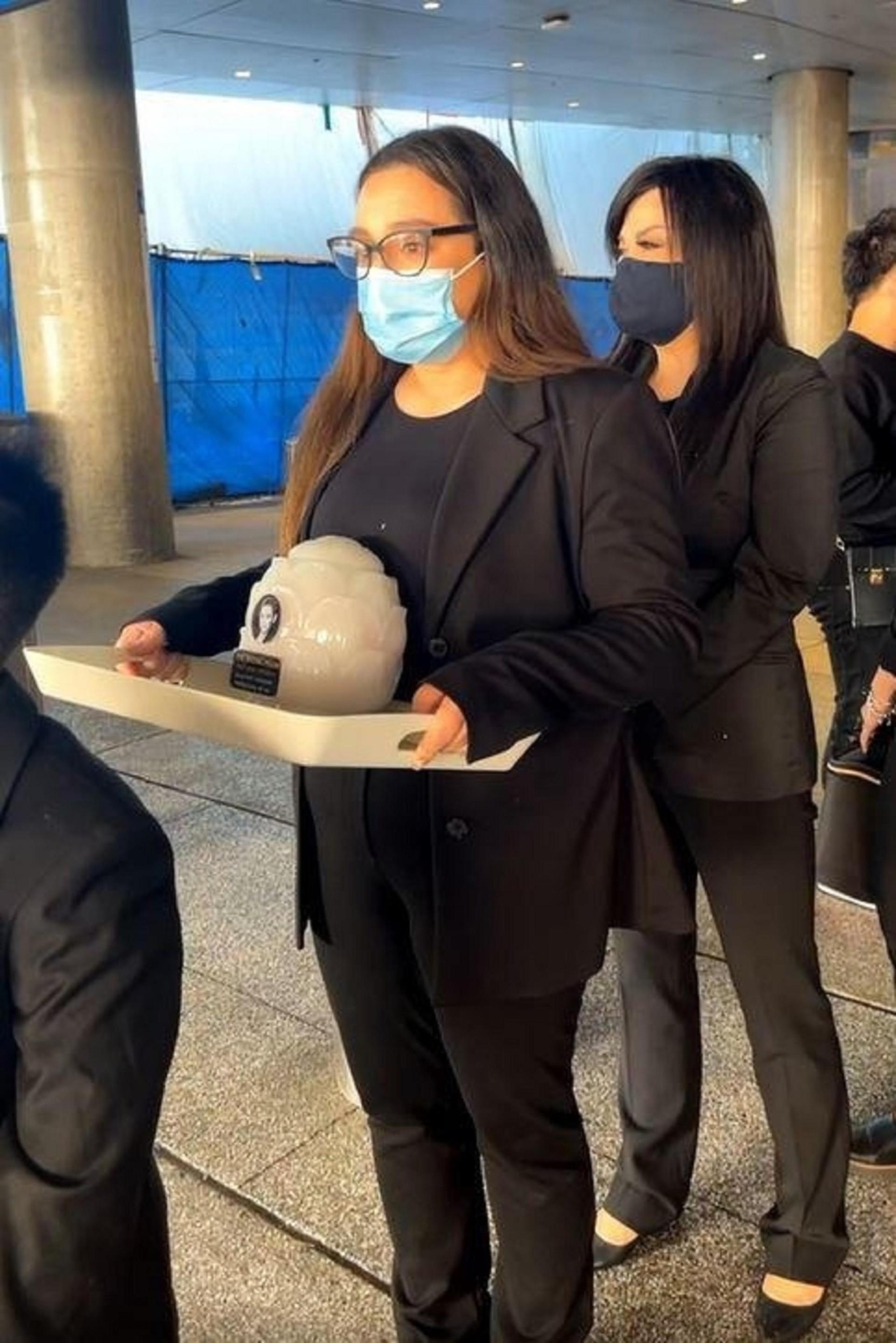 Con gái Phi Nhung ôm chặt Việt Hương, nhận tro cốt của mẹ ở sân bay Mỹ - 2