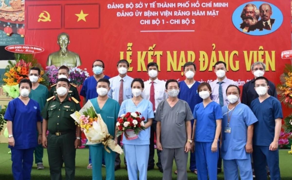 Bác sỹ Nguyễn Minh Đăng (thứ 3 từ trái sang) trong ngày được kết nạp Đảng (ảnh SYT)