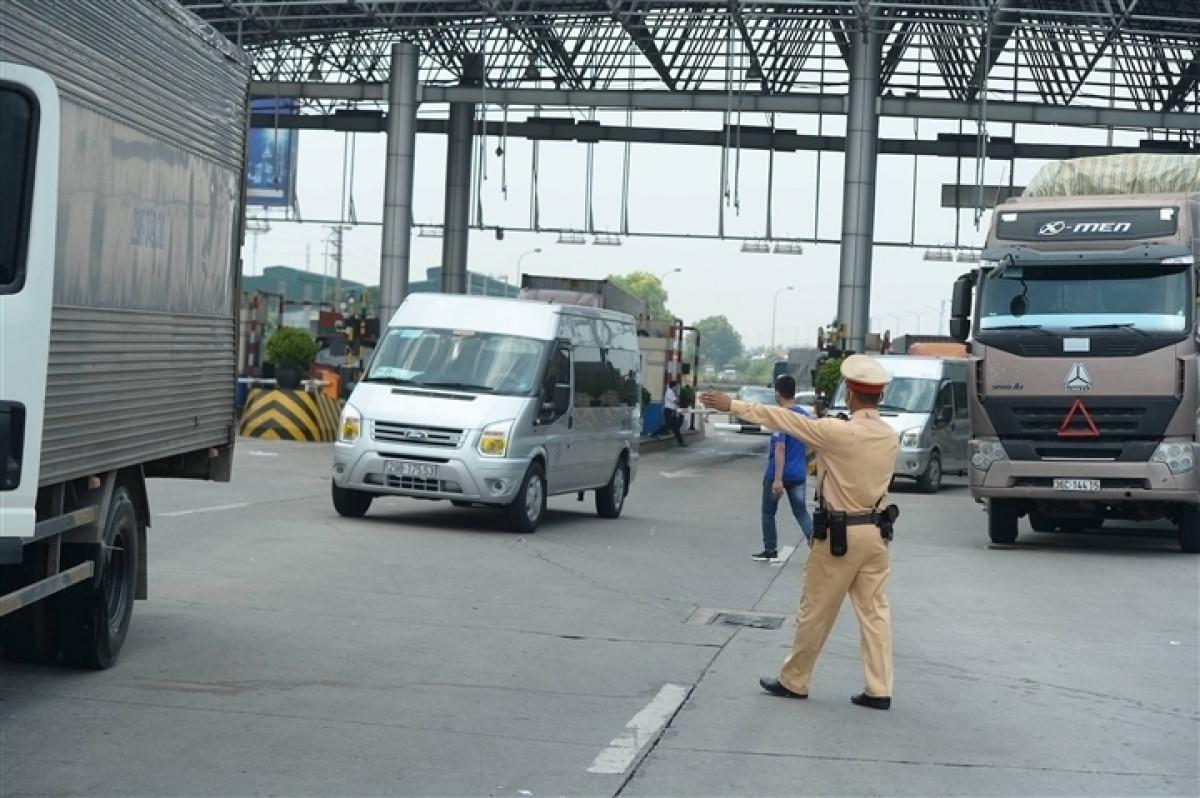 Kiểm soát người và phương tiện ở chốt kiểm dịch Pháp Vân - Cầu Giẽ.